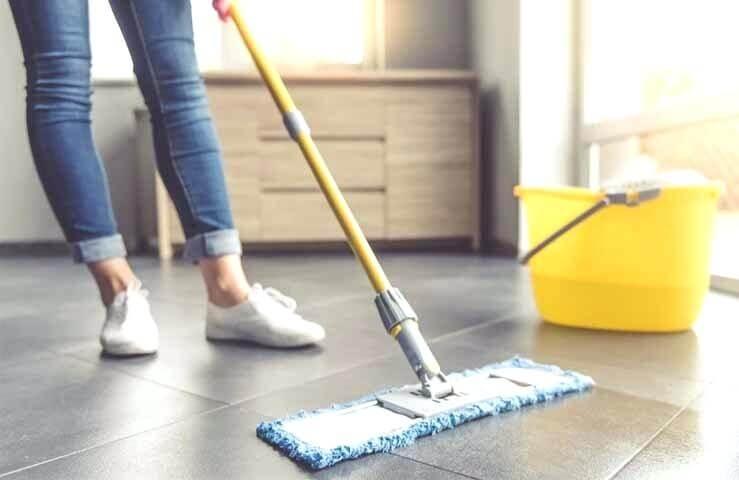 Limpiar el suelo con mopa